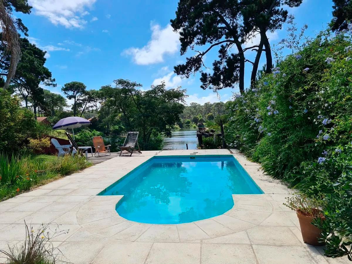Muy linda casa en Parque Miramar de 1000 m²de terreno y 198 m² edificados desarrollada en 2 plantas, con piscina y fondo al lago con muelle propio.