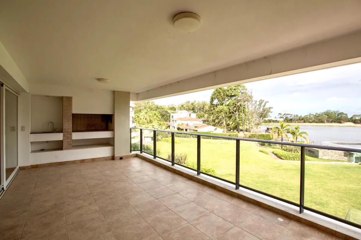 Hermoso apartamento con vista al lago en el mejor complejo de Carrasco 4 dormitorios