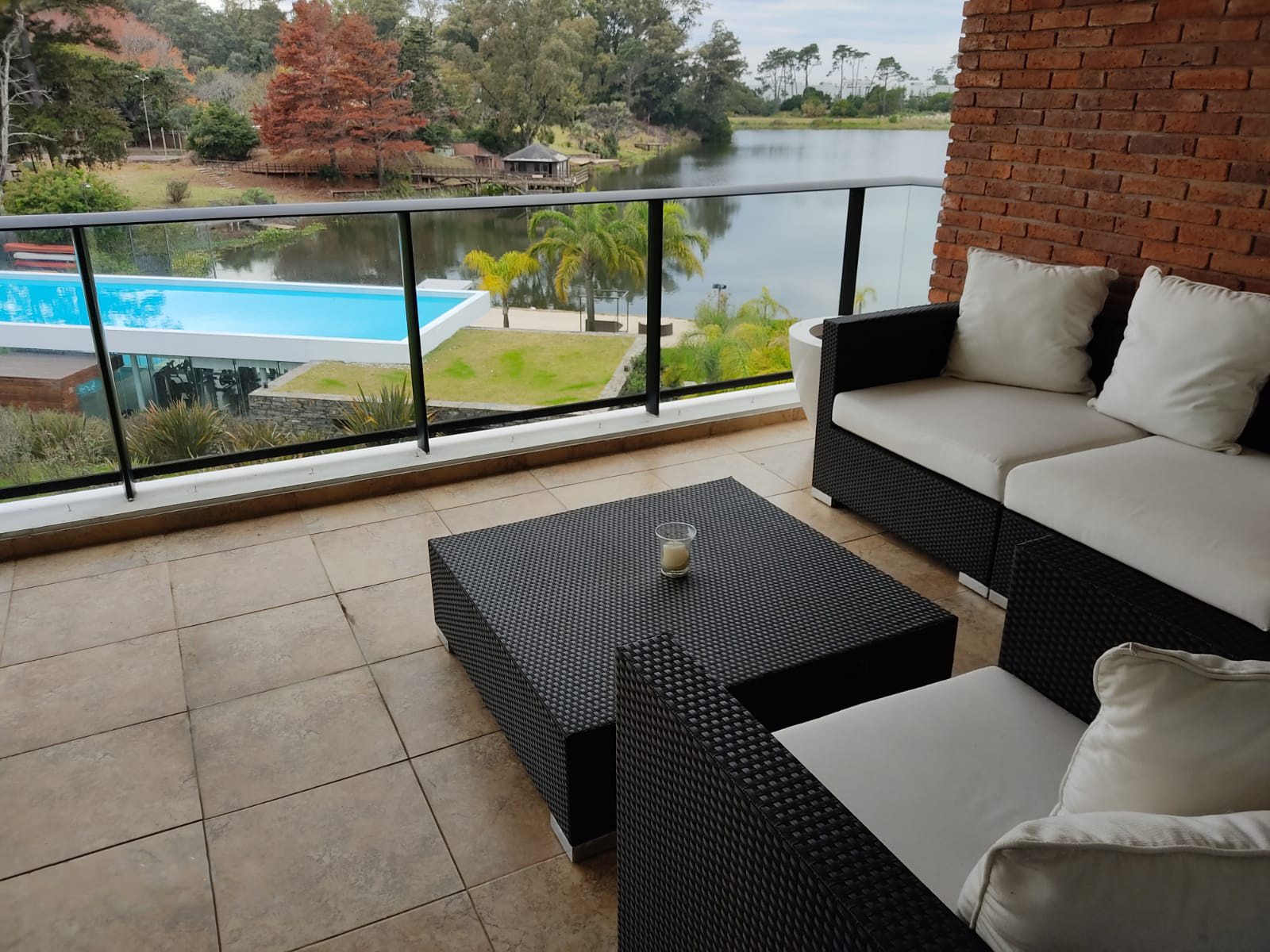Alquiler de Hermoso apartamento con vista al lago en el mejor complejo de Carrasco Totalmente amueblado